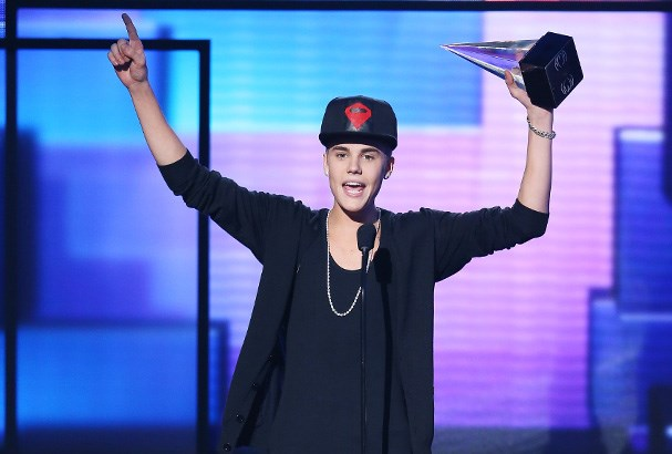 Justin performs earlier in the night at the awards show.