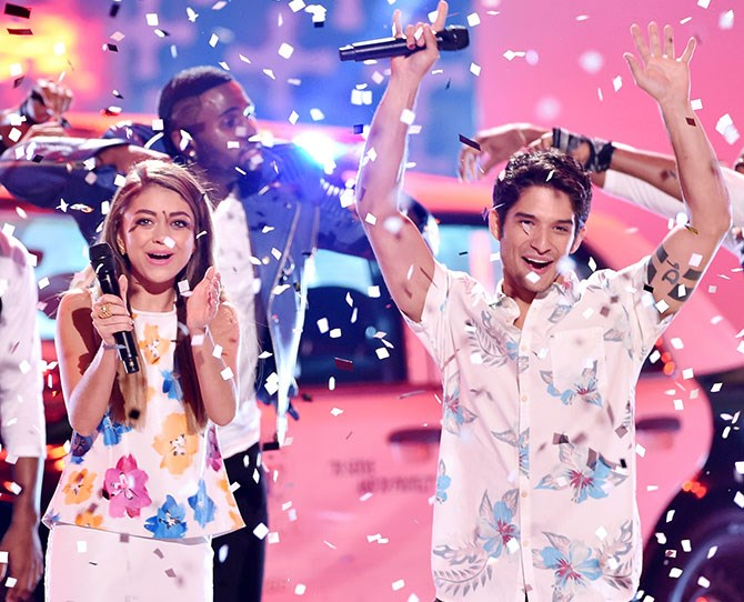 Sarah Hyland and Tyler Posey hosted the 2014 Teen Choice Awards and seemed to have a pretty great time! Here they are on-stage with Jason Derulo and *loads* of confetti.