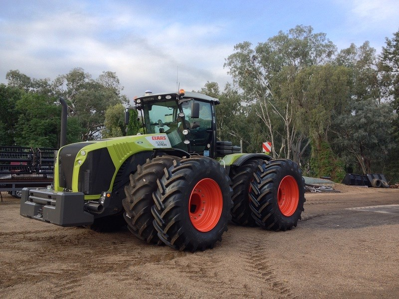 Claas_XERION_5000_in_dual_wheel_configuration.jpg