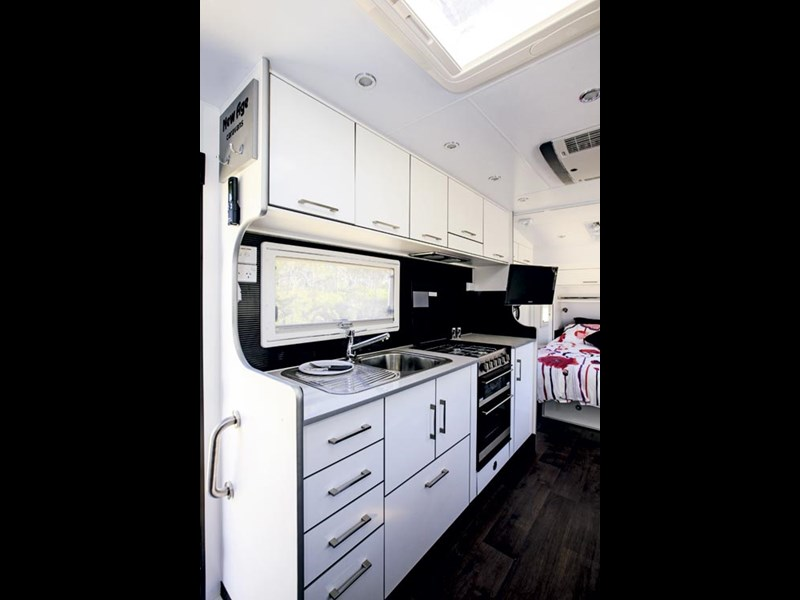 Fantastic NEW AGE MR16E DELUXE MANTA RAY RV Towing Caravans Specification